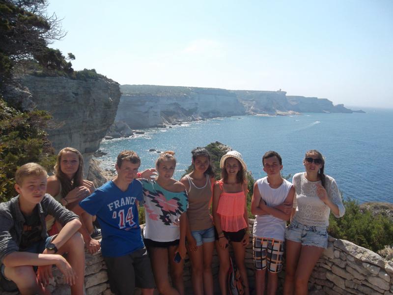 Groupe d'ados en visite de Bonifacio en colonie de vacances en Corse