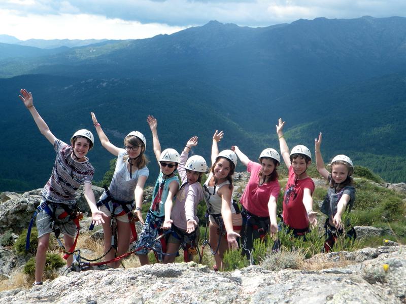 groupe d'adolescents en colonie de vacances en corse pratiquant la via ferrata