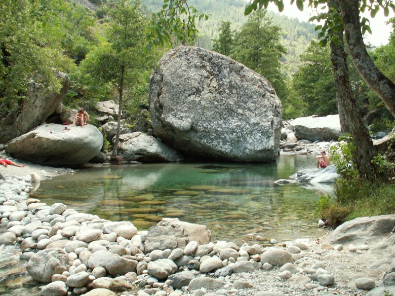 Ados se baignant en Corse durant une colonie de vacances cet été