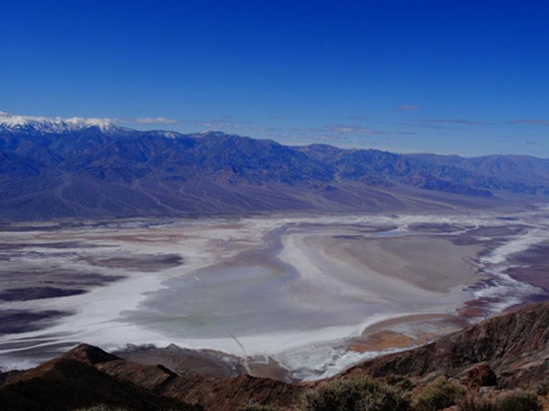 Ados visitant Death Valley Badwater en colonie de vacances Californie