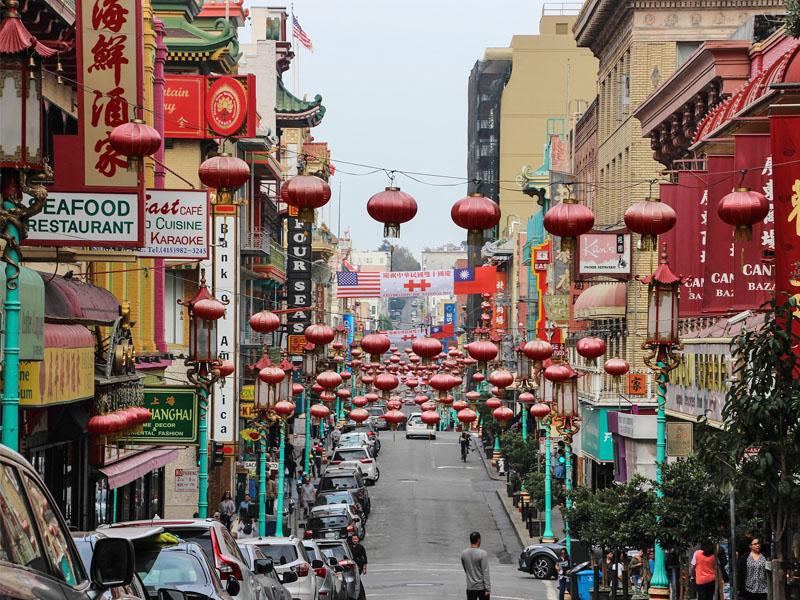 Visite de China town par les ados en colonie de vacances cet été