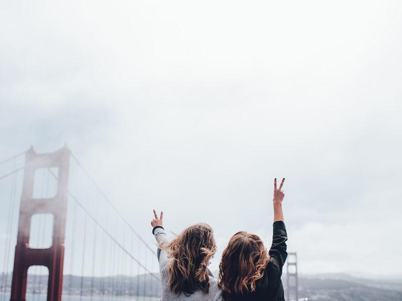 Jeunes adolescentes visitant le Golden gate bridge en colonie de vacances été