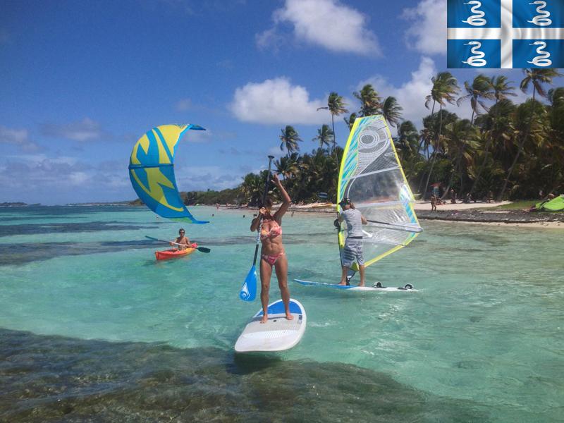 Adolescente pratiquant la planche à voile en colonie de vacances d'été