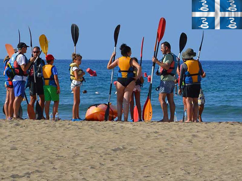 groupe d'ados s'appretant à faire du canoe kayak en colonie de vacances en martinique cet été