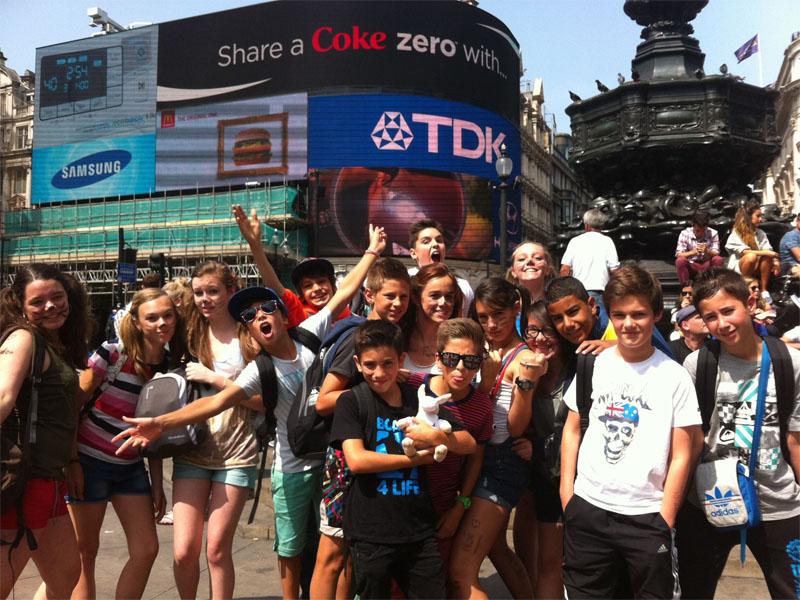 Un groupe d'adolescent en colonie de vacances sur la place de Piccadilly Circus à Londres en Angleterre en été