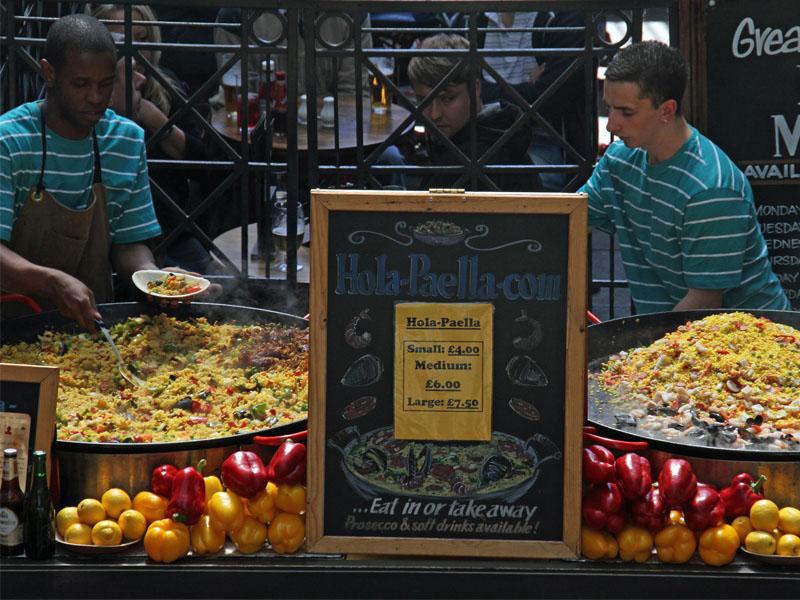 Vendeur de paella dans le marché couvert de Covent Garden à Londres en Angleterre