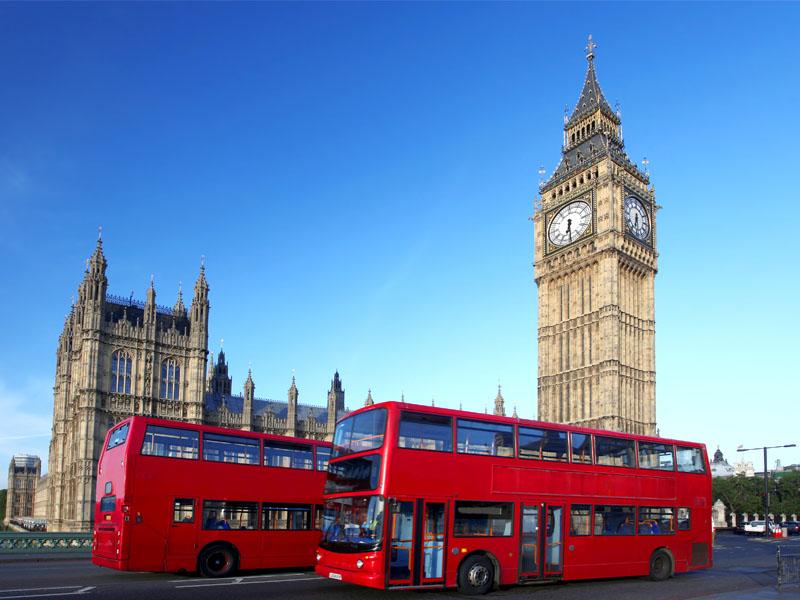 Les bus rouges de Londres devant le Parlement en Angleterre