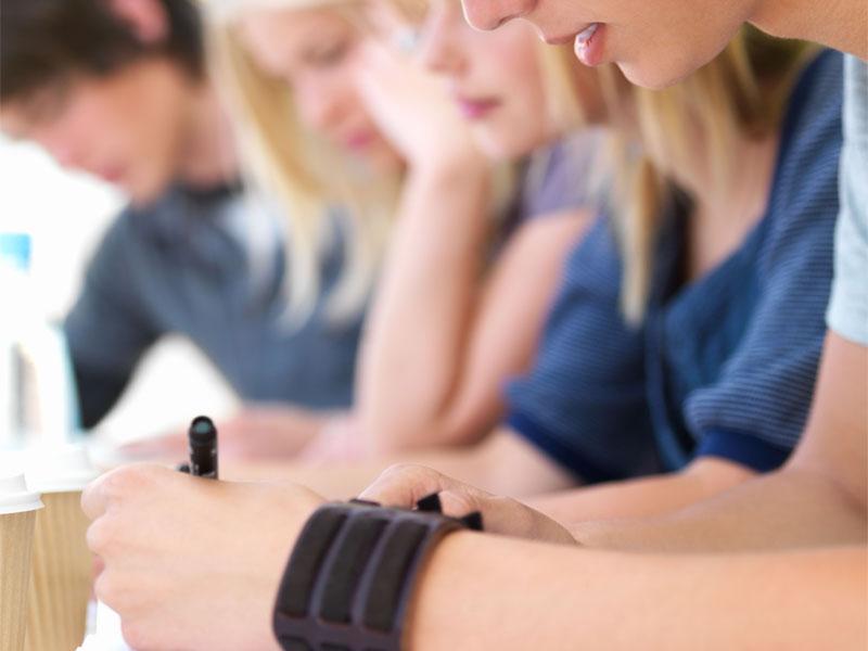 Un groupe d'adolescent en colonie de vacances linguistiques révise leurs cours d'anglais