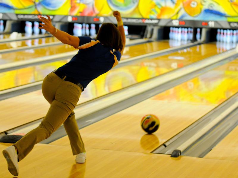 Une adolescente en colonie de vacances linguistique faisant du bowling à Londres en Angleterre