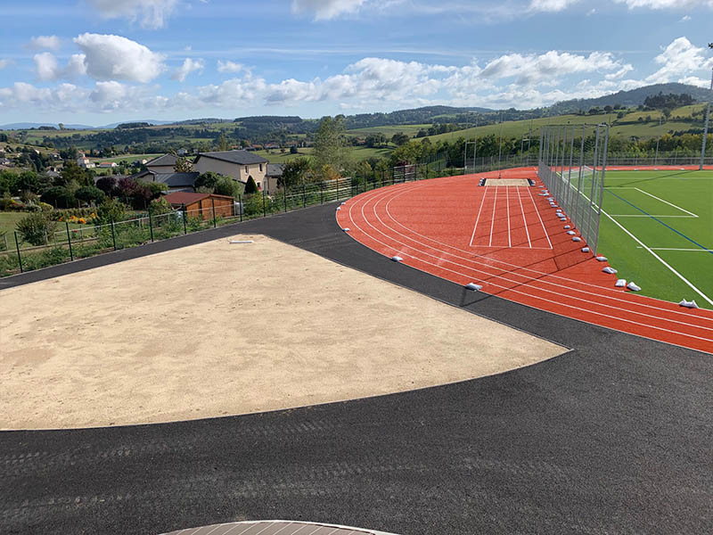 Terrain d'athlétisme neuf et infrastructure sportives pour ados