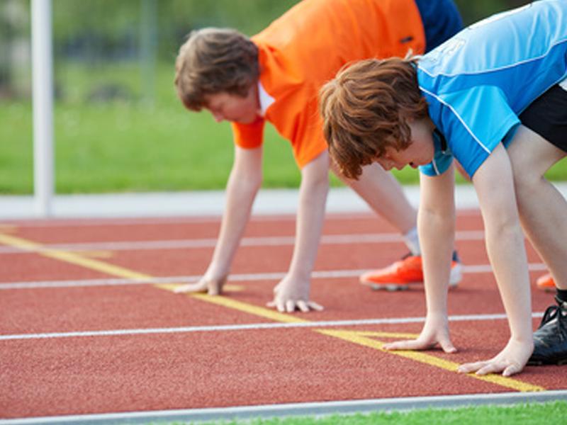 adolescents pratiquant le sprint durant un stage d'athlétisme cet été