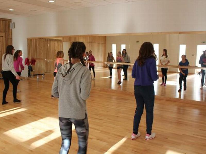 groupe de jeunes faisant de la danse en stage sportif danse