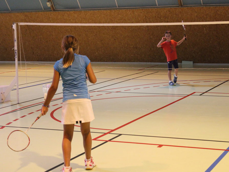 Enfants jouant au badminton cet été en stage sportif
