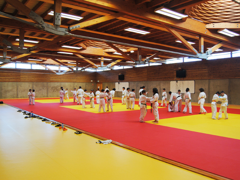 salle de judo durant un stage sportif de judo pour enfant et ados
