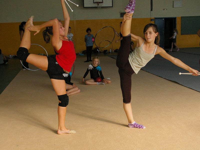 jeunes filles pratiquant la gymnastique rythmique en stage sportif