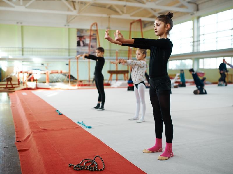 jeunes filles s'entrainant à la gymnastique artistique cet été en stage sportif