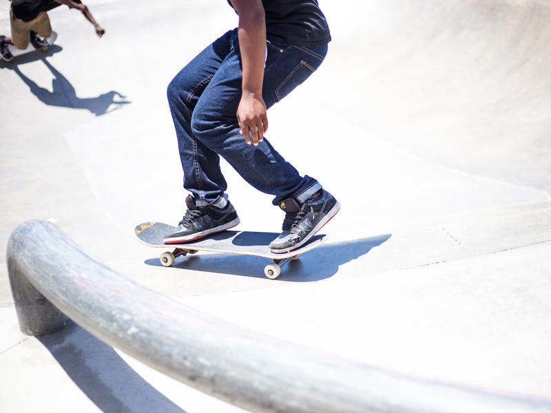 jeune ado faisant du skateboard en colo cet été