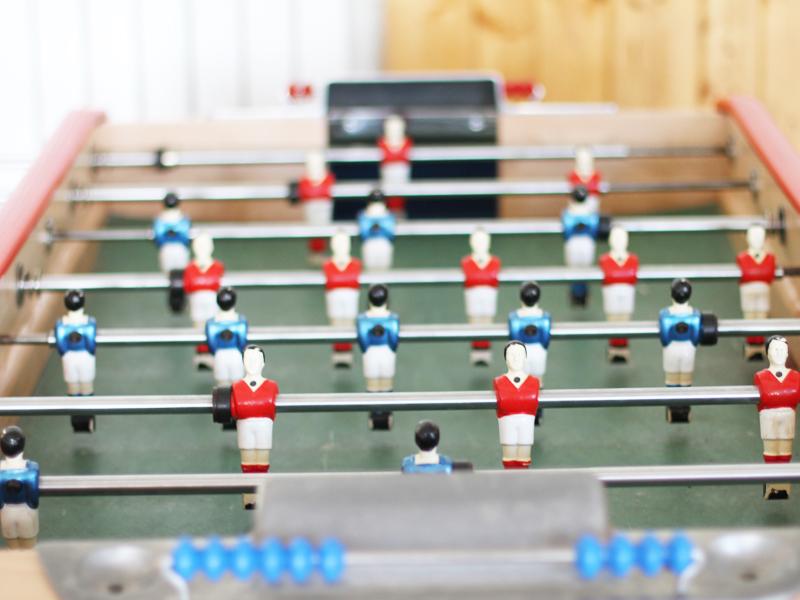 table de babyfoot pour les stages d'anglais et de sport cet été à yssingeaux