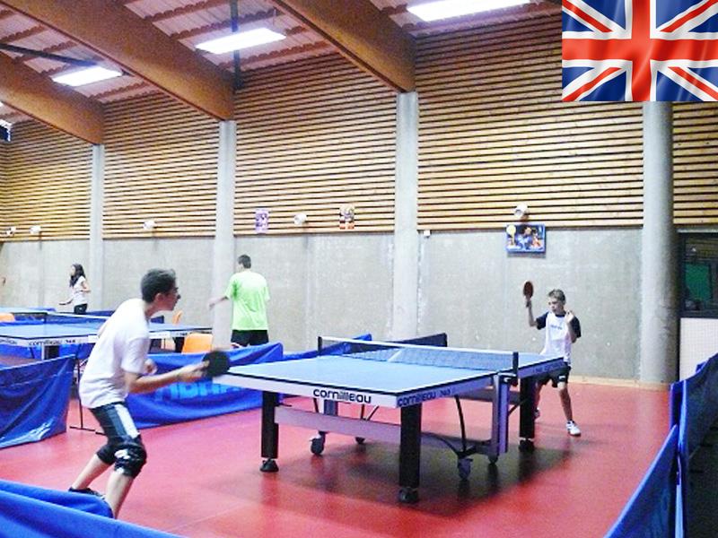enfants jouant au tennis de table durant un stage sportif pour apprendre l'anglais