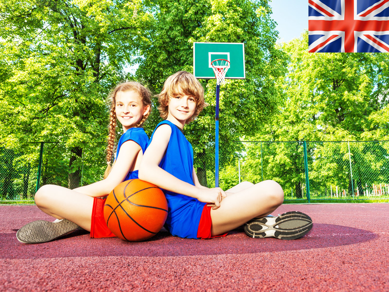 Deux ados jouant au basketball en stage sportif anglais