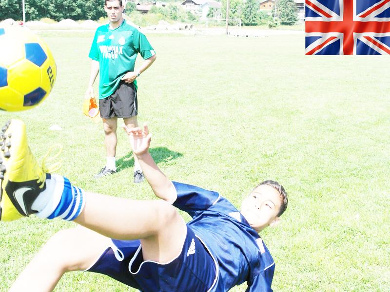 ado jouant au football durant un stage sportif cet été
