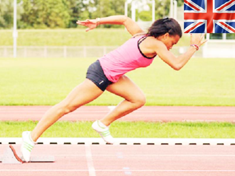 adolescente pratiquant le sprint en stage sportif d'athlétisme
