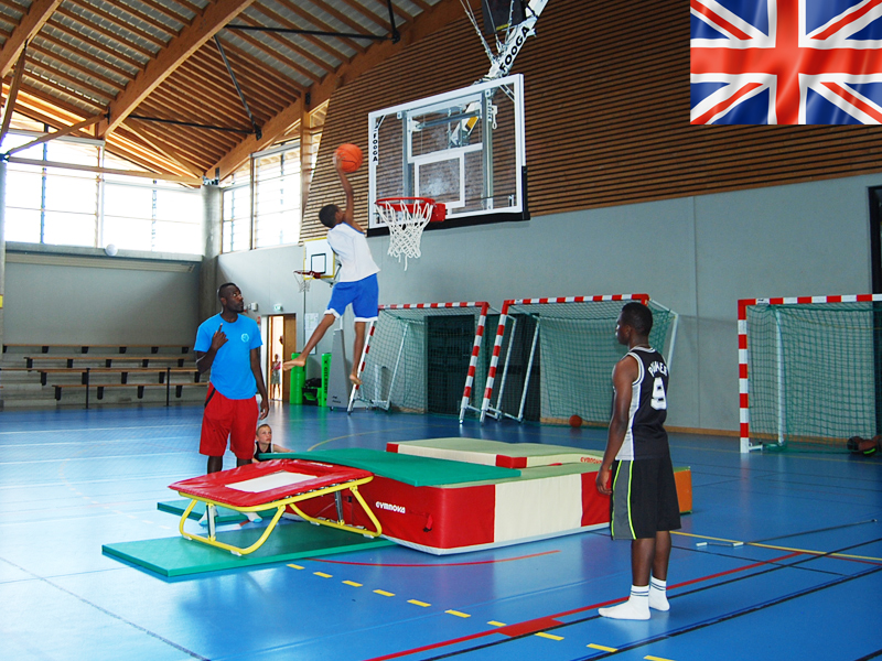 ados faisant des entrainements de basketball en stage sportif cet été