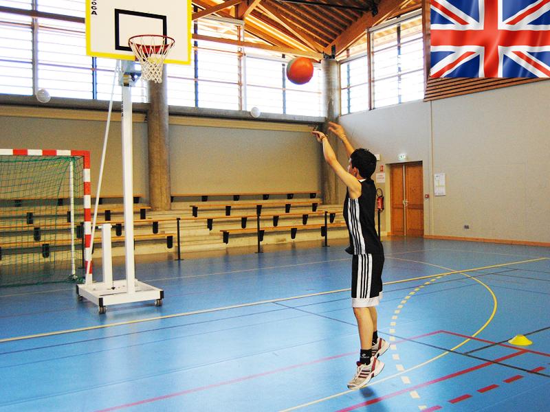 Adolescent jouant au basketball en stage sportif cet été