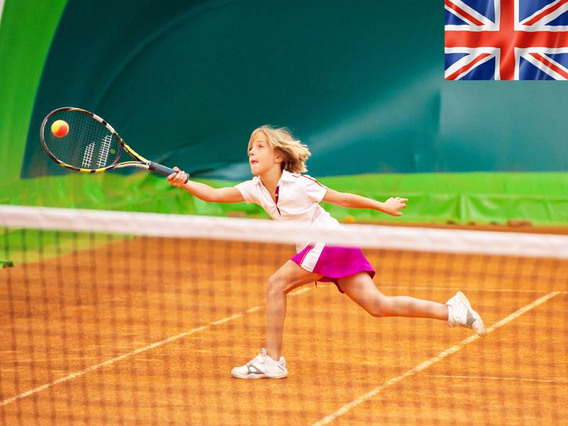 Adolescente jouant au tennis en stage sportif cet été