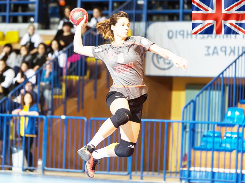 adolescente s'entrainant au handball cet été durant un stage sportif