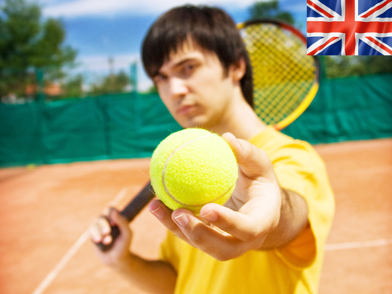 ado jouant au tennis en stage sportif