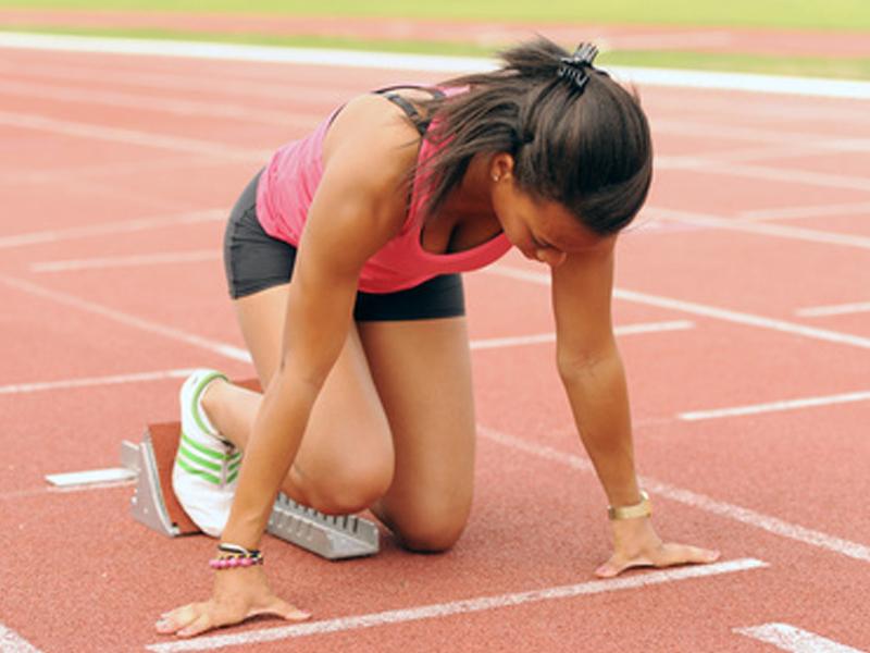 jeune fille faisant de l'athlétisme en stage sportif