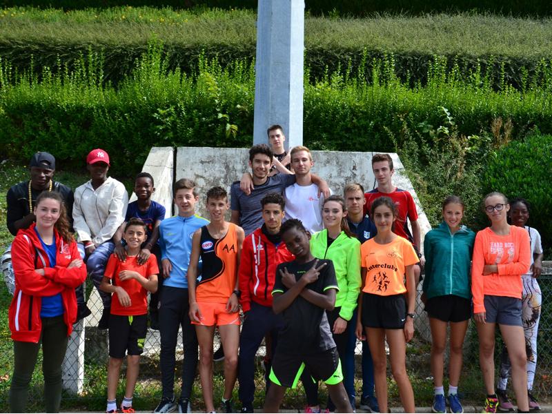 groupe d'enfants faisant de l'athlétisme durant un stage sportif cet été