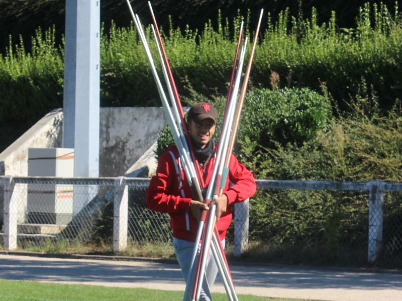 Adolescents apportant les javelots pour le lancer de javelot durant les stages sportifs athlétisme cet été