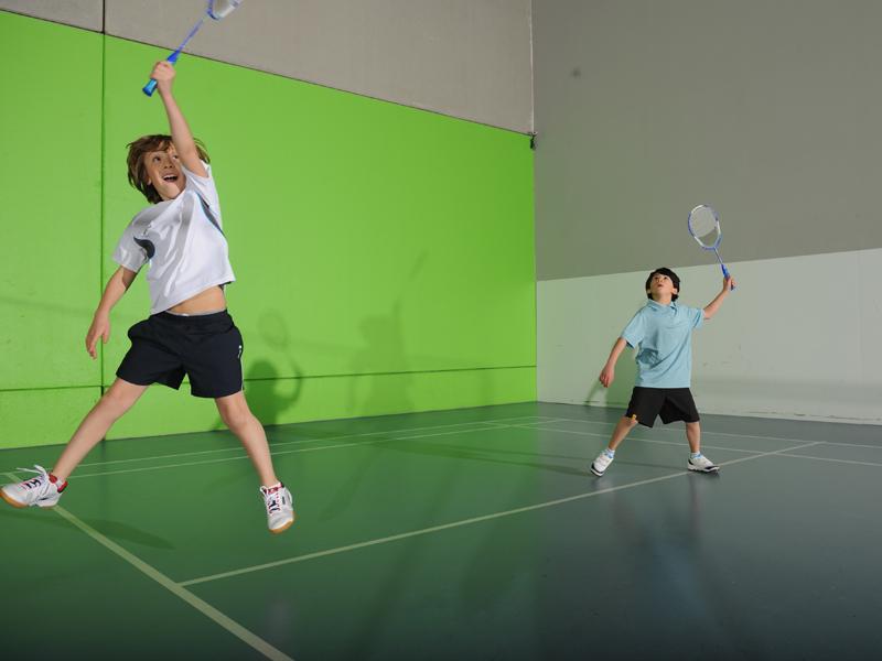 Enfants s'entrainant au badminton en stage sportif cet été