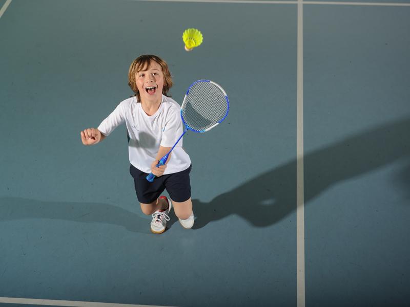 enfant jouant au badminton cet été durant un stage sportif