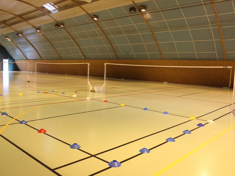 vue sur une salle de badminton équipement sportif