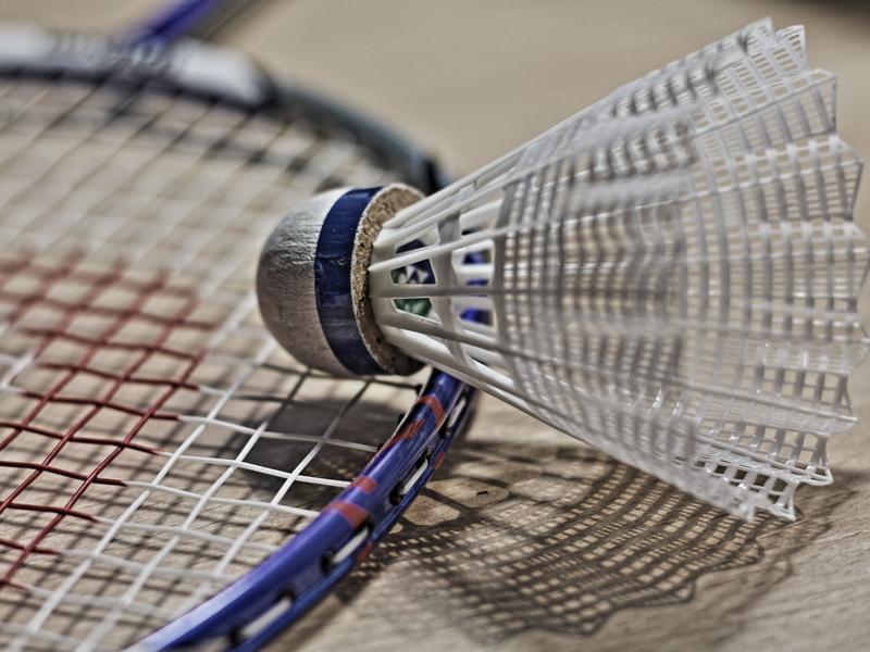 raquette et volant de badminton durant un stage sportif cet été
