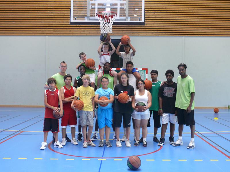 groupe d'enfants jouant au basketball cet été durant les stages de baskeetball