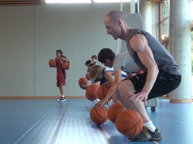 groupe d'enfants faisant des exercices d'entrainement au basketball