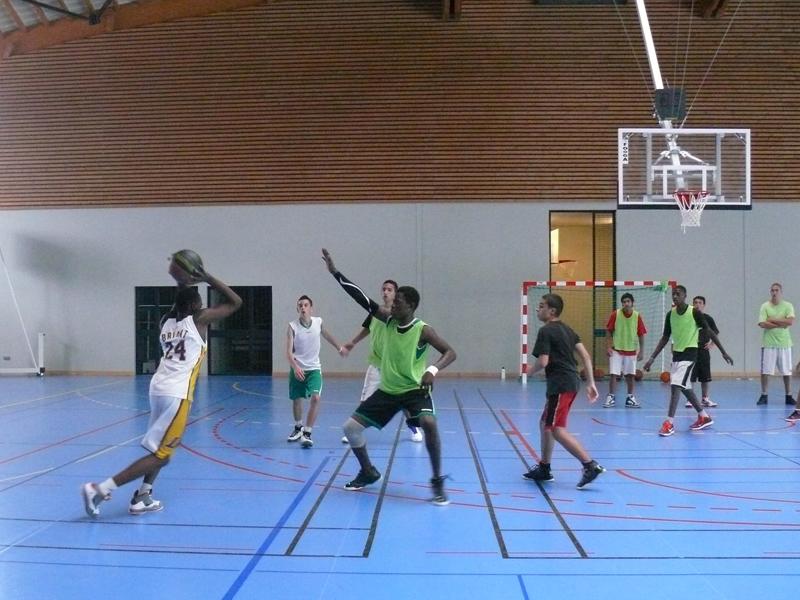 Enfants se perfectionnant au basket en colo sportive