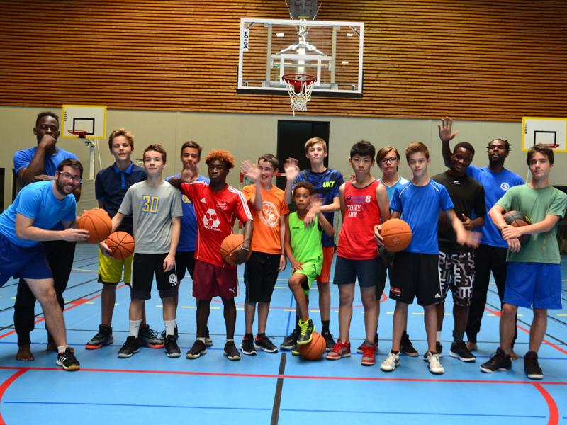 groupe d'enfants en basketball cet été en stage sportif