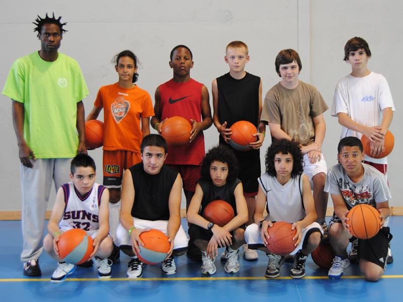Photo de groupe d'une équipe de basket cet été