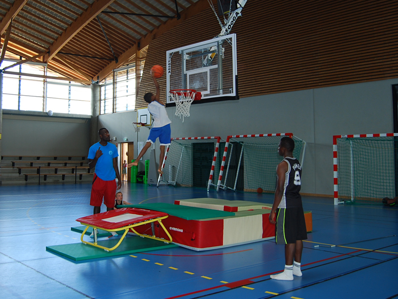 Exercices de sports en stage sportifcet été