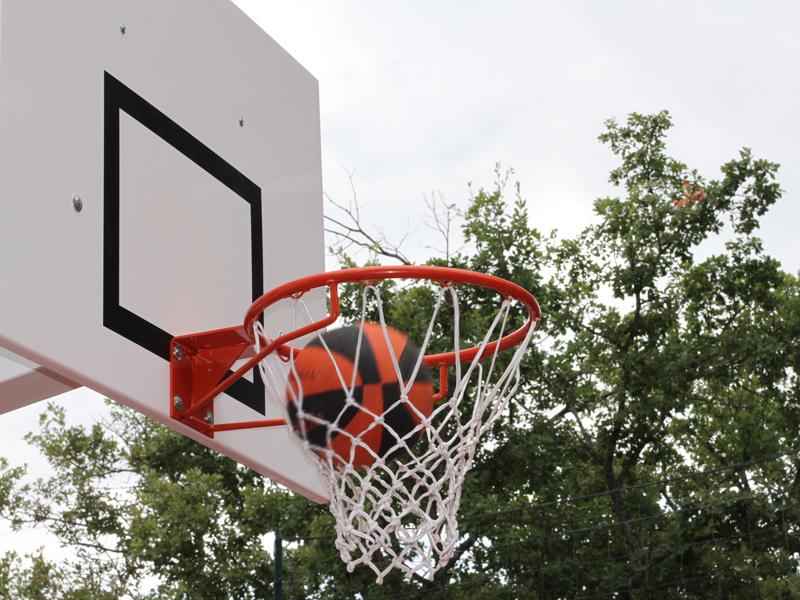 Ballon rentrant dans un panier de basketball en stage sportif de basket cet été à Yssingeaux