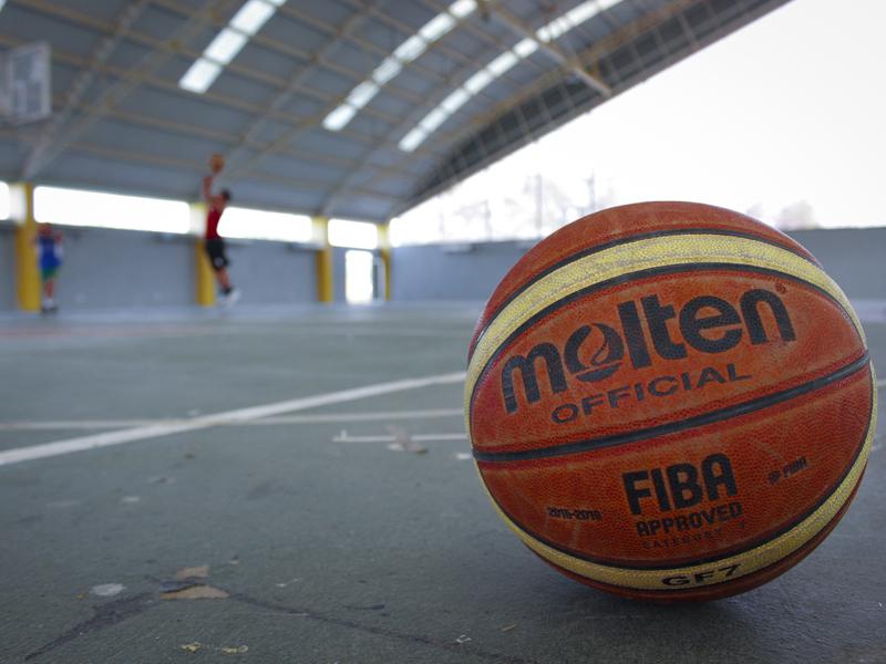 ballon de basketball sur un centre de stages sportifs pour enfants et ados