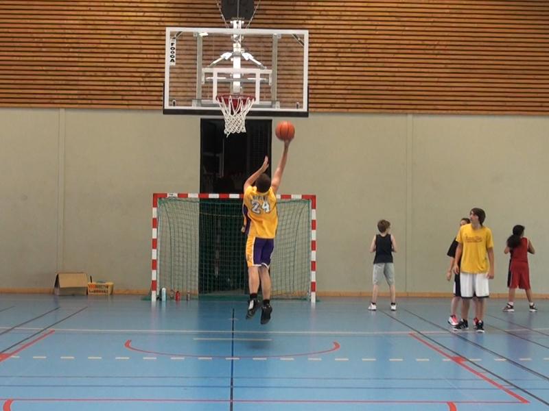 enfants et ados en stage sportif de basketball
