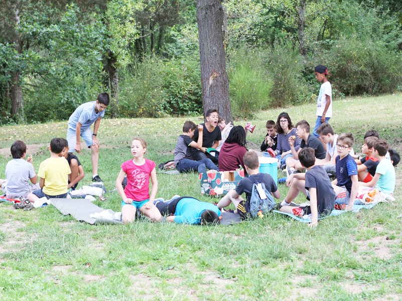 enfants sur l'herbe en stage sportif d'été