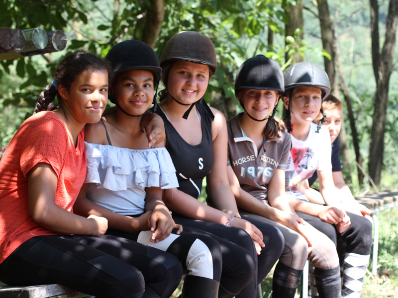 groupe d'amies en stage d'équitation été enfants et ados