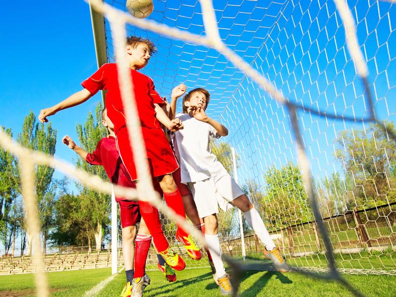 enfants gardiens de but en stage sportif de football cet été